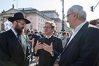 """Mehr als 7.000 Menschen nahmen am Sonntag den 13. Oktober 2019 in Berlin an einer Demonstration des #ubteilbar-Buendnis unter dem Motto """"#KeinFussbreit! Antisemitismus und Rassismus töten - rechter Terror bedroht unsere Gesellschaft!"""" teil. Anlass fuer die Demonstration war der Anschlag eines rechtsextremen Terroristen auf die Synagoge in Halle an der Saale am 9.10.2019, bei dem zwei Menschen ermordet wurden.<br /> Im Bild vlnr.: Rabbi Jehuda Teichtal; Bischof Markus Droege Reinhard Bergmann, Juedisches Forum fuer Demokratie und gegen Antisemitismus.<br /> 13.10.2019, Berlin<br /> Copyright: Christian-Ditsch.de<br /> [Inhaltsveraendernde Manipulation des Fotos nur nach ausdruecklicher Genehmigung des Fotografen. Vereinbarungen ueber Abtretung von Persoenlichkeitsrechten/Model Release der abgebildeten Person/Personen liegen nicht vor. NO MODEL RELEASE! Nur fuer Redaktionelle Zwecke. Don't publish without copyright Christian-Ditsch.de, Veroeffentlichung nur mit Fotografennennung, sowie gegen Honorar, MwSt. und Beleg. Konto: I N G - D i B a, IBAN DE58500105175400192269, BIC INGDDEFFXXX, Kontakt: post@christian-ditsch.de<br /> Bei der Bearbeitung der Dateiinformationen darf die Urheberkennzeichnung in den EXIF- und  IPTC-Daten nicht entfernt werden, diese sind in digitalen Medien nach §95c UrhG rechtlich geschuetzt. Der Urhebervermerk wird gemaess §13 UrhG verlangt.]"""