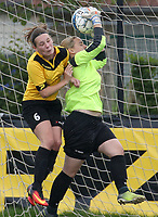 SK Zwevezele  -  Cerkel Ladies Brugge  : Lisa Lefere van de thuisploeg in de fout op doelvrouw Srefanie Bintein .<br /> foto VDB / BART VANDENBROUCKE