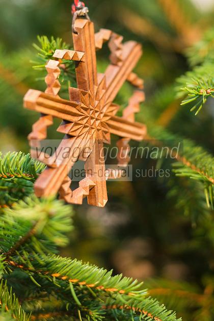 Italie, Val d'Aoste, Bard, Marché de Noël, Décoration de Noël traditionelle en bois // Italy, Aosta Valley, Bard: Christmas market, Christmas Decoration Traditional wooden