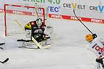 Bremerhavens JANURBAS (Nr.9) mit dem Siegtreffer in der Verlängerung gegen Krefelds Marvin Cuepper (Nr.39)  beim Spiel in der Gruppe Nord der DEL, Krefeld Pinguine (schwarz) – Fischtown Pinguins Bremerhaven (weiss).<br /> <br /> Foto © PIX-Sportfotos.de *** Foto ist honorarpflichtig! *** Auf Anfrage in hoeherer Qualitaet/Aufloesung. Belegexemplar erbeten. Veroeffentlichung ausschliesslich fuer journalistisch-publizistische Zwecke. For editorial use only.
