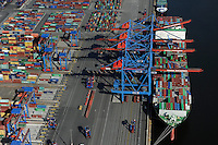 DEUTSCHLAND Hamburg Hafen Containerterminal Burchardkai der HHLA, Containerschiff der chinesischen Reederei Evergreen<br />