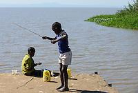 KENYA Kisumu, community managed fishing village and resort Dunga Beach at Lake Victoria, children catch fish / KENIA Kisumu, von der Dorfgemeinde selbst verwaltetes Fischerdorf und Ressort Dunga Beach am Viktoria See, Kinder angeln Fische