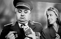 BERLINO OVEST / GERMANIA - NOV.1989.CARETLLO PUBBLICITARIO NELLE STRADE DI BERLINO OVEST CON CHIARI RIFERIMENTI AI CAMBIAMENTI IN CORSO A SEGUITO DELLA CADUTA DEL MURO..FOTO LIVIO SENIGALLIESI