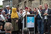 """Der """"Marsch der Muslime gegen Terrorismus"""" am Sonntag den 9. Juli 2017 in Berlin.<br /> Etwa sechzig Imame aus Frankreich und anderen europaeischen Laendern, darunter auch sechs Imame aus Berlin werden ab dem 9. Juli 2017 in europaeische Staedte fahren, wo es in den letzten Jahren besonders schwere islamistisch motivierte Terroranschlaege gegeben hat.In Berlin versammelten sie sich zusammen mit Mitgliedern der christlichen und juedischen Gemeinde an der Kaiser-Wilhelm-Gedaechtnis-Kirche in Berlin-Charlottenburg wo im Dezember 2016 einen Anschlag auf den Weihnachtsmarkt gegeben hatte.<br /> Der franzoesische Imam Hassen Chalghoumi aus dem Pariser Vorort Drancy engagiert sich seit vielen Jahren fuer ein friedliches Miteinander der Religionen, insbesondere im Verhaeltnis der Muslime zum Judentum. Zusammen mit seinem Freund, dem juedischen Schriftsteller Marek Halter, der seit Jahrzehnten in gleicher Weise engagiert ist hat er den """"Marche des musulmans contre le terrorisme"""" initiert. Sie wollen nach Bruessel, Paris, St.-Etienne-du-Rouvray, Toulouse und Nizza und dort oeffentlich fuer die Opfer beten und gegen einen Missbrauch des Islam durch Terroristen und menschenfeindliche Gruppen eintreten.<br /> Die Evangelische Kirche Berlin-Brandenburg-schlesische Oberlausitz unterstuetzt das Anliegen der """"Marche des musulmans contre le terrorisme"""". Der Landesbischof Dr. Markus Droege hat an dem Gebet der Muslime auf dem Breitscheidplatz als Gast teilgenommen und einen Segen fuer die Teilnehmer ausgesprochen.<br /> Im Bild: 2.vl. Imam Chalghoumi; 4.vl. Marek Halter und 3.vr. Landesbischof Droege.<br /> 9.7.2017, Berlin<br /> Copyright: Christian-Ditsch.de<br /> [Inhaltsveraendernde Manipulation des Fotos nur nach ausdruecklicher Genehmigung des Fotografen. Vereinbarungen ueber Abtretung von Persoenlichkeitsrechten/Model Release der abgebildeten Person/Personen liegen nicht vor. NO MODEL RELEASE! Nur fuer Redaktionelle Zwecke. Don't publish without copyright Christian-Ditsch.de, V"""