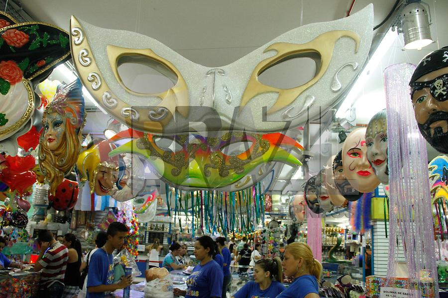 SAO PAULO, SP, 08 JANEIRO 2013 - ECOMONIA - VENDAS DE PRODUTOS CARNAVAL - As lojas espcializadas em produtos para fantasias já dispoem aos consumidores fatasias de carnaval. Movimento de consumidores nas lojas da Rua 25 de Marco na tarde desta terça-feria(08), na regiao central de Sao Paulo. (FOTO: AMAURI NEHN / BRAZIL PHOTO PRESS).