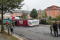 """Demonstration gegen Rechte und Rassisten in Bautzen.<br /> Am Sonntag den 18. September 2016 demonstrierten im saechsischen Bautzen ca. 400 Menschen gegen die anhaltende rassistische Stimmung in Bautzen. Mehrere zunder Polizeibeamte begleiteten die Demonstration ueberwiegend mit engem Spalier.<br /> Mehrfach versuchten Rechte und Nazis an die Demonstration zu kommen, wurden jedoch durch Ansprechen durch Polizeibeamte von der Demonstration ferngehalten. Teilweise wurden die Demonstranten von Anwohnern rassistisch beschimpft und mit Eiern beworfen.<br /> Im Bild: Die Demonstration vor dem abgebrannten """"Hotel Husarenhof"""". Das Hotel sollte urspruenglich eine Unterkunft fuer Gefluechtete werden, unbekannte setzten es vorher in Brand.<br /> 18.9.2016, Bautzen/Sachsen<br /> Copyright: Christian-Ditsch.de<br /> [Inhaltsveraendernde Manipulation des Fotos nur nach ausdruecklicher Genehmigung des Fotografen. Vereinbarungen ueber Abtretung von Persoenlichkeitsrechten/Model Release der abgebildeten Person/Personen liegen nicht vor. NO MODEL RELEASE! Nur fuer Redaktionelle Zwecke. Don't publish without copyright Christian-Ditsch.de, Veroeffentlichung nur mit Fotografennennung, sowie gegen Honorar, MwSt. und Beleg. Konto: I N G - D i B a, IBAN DE58500105175400192269, BIC INGDDEFFXXX, Kontakt: post@christian-ditsch.de<br /> Bei der Bearbeitung der Dateiinformationen darf die Urheberkennzeichnung in den EXIF- und  IPTC-Daten nicht entfernt werden, diese sind in digitalen Medien nach §95c UrhG rechtlich geschuetzt. Der Urhebervermerk wird gemaess §13 UrhG verlangt.]"""