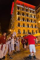 Espagne, Navarre, Pampelune: Fêtes de San Fermín place del Castillo,  Hôtel La Perla, que fréquenta Ernest Hemingway  //  Spain, Navarre, Pamplona: Festival of San Fermín, Plaza del Castillo, La Perla hotel,  frequented by Ernest Hemingway