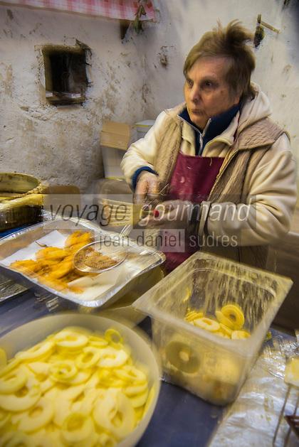 Italie, Val d'Aoste, Bard, Pour le marché de Noël les femmes du village cuisent des beignets de pomme // Italy, Aosta Valley, Bard: For the Christmas market village women cook the apple fritters