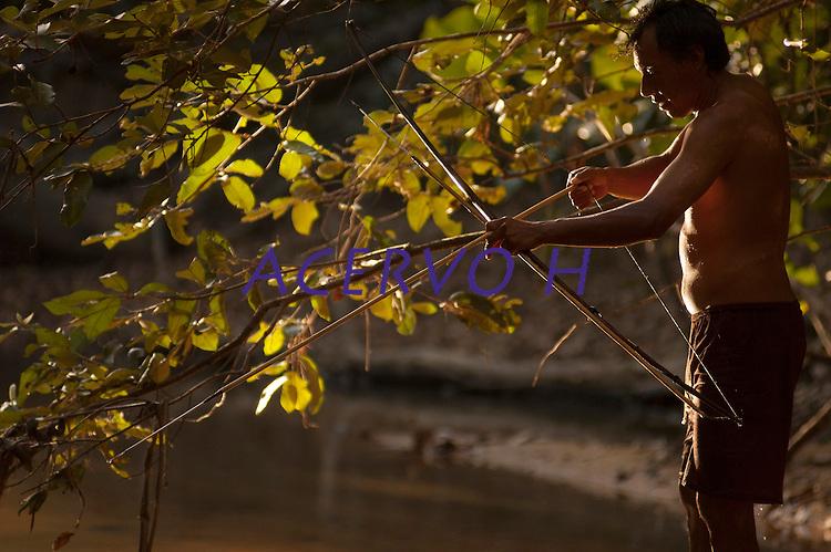 Comunidade Macuxi em Raposa Serra do Sol <br /> Normandia, Roraima, Brasil.<br /> Foto Paulo Santos<br /> <br /> Habitantes de uma região de fronteira, os Macuxi vêm enfrentando desde pelo menos o século XVIII situações adversas em razão da ocupação não-indígena na região, marcadas primeiramente por aldeamentos e migrações forçadas, depois pelo avanço de frentes extrativistas e pecuaristas e, mais recentemente, a incidência de garimpeiros e a proliferação de grileiros em suas terras. Protagonizaram nas ultimas décadas, juntamente com outros povos da região, uma luta incessante pela homologação da TI Raposa Serra do Sol, ocorrida em 2005, e posteriormente pela desintrusão dos ocupantes não-indios, finalmente resolvida com o julgamento pelo Supremo Tribunal Federal em 2009, que confirmou a homologação e a retirada dos ocupantes não-índios. Fonte (ISA)