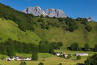 France, Pyrénées-Atlantiques (64), Béarn, Accous, vallée d'Aspe, Plateau de Lhers vers la  Vallée d'Aspe , en arrière plan le Cirque de Lescun//  France, Pyrenees Atlantiques ,Bearn, Aspe Valley, Accous: The plateau of Lhers