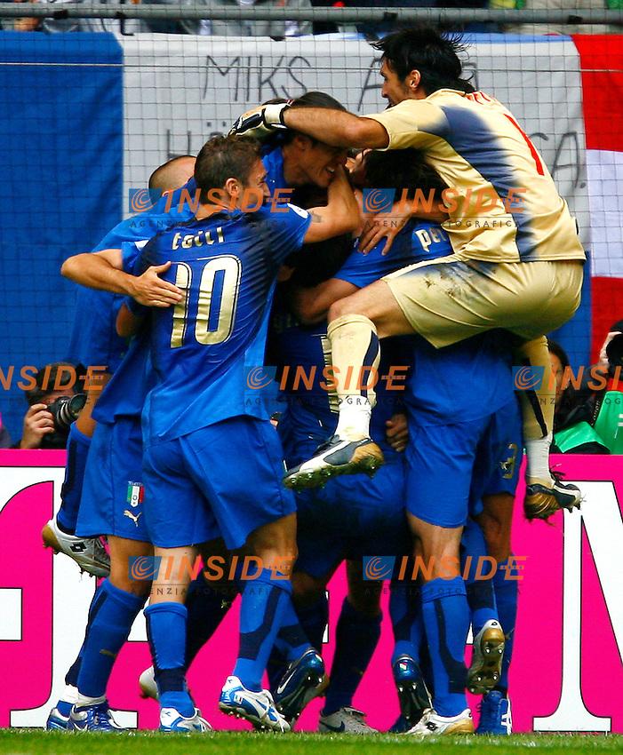 HAmburg 22/6/2006 World Cup 2006.Repubblica Ceca Italia 0-2 0-2.Photo Andrea Staccioli Insidefoto.Celebration after Materazzi goal.I giocatori italiani festeggiano il gol di Materazzi