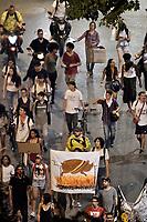 CALI - COLOMBIA, 24-11-2019: Cientos de manifestantes salieron a las calles de Cali para unirse a la cuarta jornada de paro Nacional en Colombia hoy, 24 de noviembre de 2019. La jornada Nacional es convocda para rechazar el mal gobierno y las decisiones que vulneran los derechos de los Colombianos. / Hundreds of protesters took to the streets of Cali to join the fourth National Strike day in Colombia today, November 24, 2019. The National Day is convened to reject bad government and decisions that violate the rights of Colombians. Photo: VizzorImage / Gabriel Aponte / Staff
