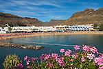 Spain, Gran Canaria, Puerto de Mogan: Beach and inland mountains | Spanien, Gran Canaria, Puerto de Mogan: Strand