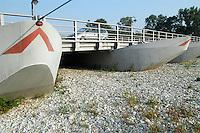 - bridge of boats of Bereguardo, on Ticino river, a long period of drought is the cause of the low level of water, a lot under the hydrometric zero....- ponte di barche di Bereguardo, sul fiumeTicino, un lungo periodo di siccità è causa del basso livello dell'acqua, molto inferiore allo zero idrometrico
