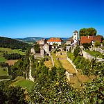 Frankreich, Bourgogne-Franche Comté, Département Jura, Chateau Chalon: klassifiziert als eines der Plus beaux villages de France (Schoensten Doerfer Frankreichs), bekannt für den Vin Jaune aus der Weinbauregion Château-Chalon | France, Bourgogne-Franche Comté, Jura Department, Chateau Chalon:  classified as one of France's most beautiful villages, famous for Vin Jaune of winegrowing region Château-Chalon