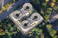 Bunker Wilhelmsburg: EUROPA, DEUTSCHLAND, HAMBURG, (EUROPE, GERMANY), 09.10.2008: IBA, Internationale Bauausstellung, Mahnmal mit Solarmantel , Waerme fuer das Weltquartier, Sonnenkollektor, SAGA/GWG geplantes Modernisierungsverfahren .  Auf dem Wilhelmsburger Flakbunker  soll Europas groesstes Solardach entstehen. Der Flakturm VI in Wilhelmsburg wurde nach der Bauart 2 gebaut und im Oktober 1943 fertiggestellt. Etwa 80.000 Kubikmeter Stahlbeton wurden nur für den Bau des Gefechtsturmes benoetigt. Der noch erhaltene Gefechtsturm hat eine Grundfläche von 57x57 Metern, eine Höhe von 41,6 Metern, eine Wandstärke von mindestens zwei und eine Deckenstaerke von 3,5 Metern. Luftbild, Luftansicht,  Aufwind-Luftbilder