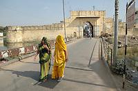 Udaipur / Indien..Udaipur am Pichola See , auch Venedig des Ostens genannt und gilt bei vielen als der Romantischste Ort in ganz Indien...Zwei junge Inderinnen aus Udaipur