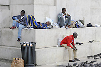 - Milano, profughi dall'Eritrea e dalla Siria, sbarcati clandestinamente nel Sud Italia, accampati nella Stazione Centrale in attesa di proseguire il viaggio per i paesi del Nord Europa<br />