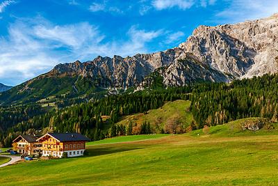 Oesterreich, Salzburger Land, Pinzgau, Dienten am Hochkoenig: Bauernhof vorm Hochkoenig | Austria, Salzburger Land, Pinzgau region, Dienten am Hochkoenig: farmhouse and Hochkoenig mountains