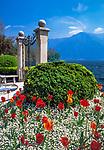 Schweiz, Tessin, Lugano: beliebtes Fotomotiv - Tor im Stadtpark (Parco Ciani) | Switzerland, Ticino, Lugano: Gate at Parco Ciani and view across Lake Lugano