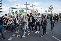 """Ein sogenannter """"Marsch für das Leben"""" des """"Bundesverband Lebensrecht"""" fand am Samstag den 22. September 2018 in Berlin statt. Rechte und konservative Lebensschuetzer, von denen etliche mit Bussen aus Polen nach Berlin gefahren wurden, versammelten sich vor dem Hauptbahnhof und zogen mit Holzkreuzen durch die Stadt. Sie forderten ein Verbot von Schwangerschaftsabbruechen und Praktiken der Sterbehilfe, Stammzellforschung und Praeimplantationsdiagnostik.<br /> Im Anschluss soll ein oekumenischer Gottesdienst mit dem evangelischen Bischof Hans-Juergen Abromeit aus Greifswald und dem katholische Weihbischof Matthias Heinrich aus Berlin stattfinden.<br /> Der Marsch wurde begleitet von Protesten feministischer Gruppen, es kam zu Versuchen der rechten Aufmarsch zu blockieren.<br /> 22.9.2018, Berlin<br /> Copyright: Christian-Ditsch.de<br /> [Inhaltsveraendernde Manipulation des Fotos nur nach ausdruecklicher Genehmigung des Fotografen. Vereinbarungen ueber Abtretung von Persoenlichkeitsrechten/Model Release der abgebildeten Person/Personen liegen nicht vor. NO MODEL RELEASE! Nur fuer Redaktionelle Zwecke. Don't publish without copyright Christian-Ditsch.de, Veroeffentlichung nur mit Fotografennennung, sowie gegen Honorar, MwSt. und Beleg. Konto: I N G - D i B a, IBAN DE58500105175400192269, BIC INGDDEFFXXX, Kontakt: post@christian-ditsch.de<br /> Bei der Bearbeitung der Dateiinformationen darf die Urheberkennzeichnung in den EXIF- und  IPTC-Daten nicht entfernt werden, diese sind in digitalen Medien nach §95c UrhG rechtlich geschuetzt. Der Urhebervermerk wird gemaess §13 UrhG verlangt.]"""
