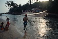 Fischer mit Wurfnetz, Strand von Baga (Goa), Indien,