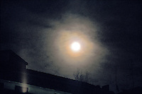 milano, quartiere bovisa, periferia nord. luna piena --- milan, bovisa district, north periphery. full moon
