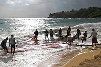 SRI LANKA Trincomalee , fisherman bring the nets to the shore / SRI LANKA Trincomalee, Fischer holen am Strand die Netze ein