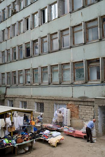 REPUBLIC OF MOLDOVA, Gagauzia, Comrat, 2009/06/26..The stalls of the bazaar extend to the foot of the dilapidated homes of the Soviet era..© Bruno Cogez..REPUBLIQUE MOLDAVE, Gagaouzie, Comrat, 26/06/2009..Les etales du bazar s'etendent jusqu'au pied des habitations vetustes de l'epoque sovietique..© Bruno Cogez