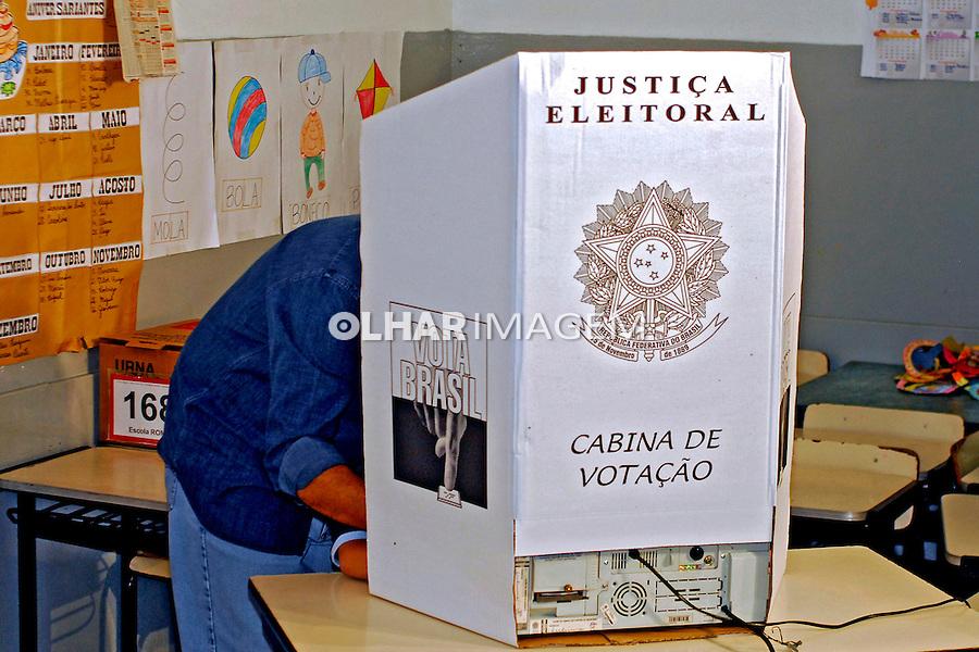 Voto em urna eletrônica. Rio de Janeiro. 2006. Foto de Luciana Whitaker.