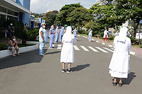 Campinas (SP), 24/03/2021 - Covid - Funcionários e médicos do Hospital  da PUC, realizam oração em frente ao Pronto Socorro. A cidade confirmou a morte de mais 14 moradores por Covid-19 nesta quarta-feira (24), o que eleva para 2.198 o total de vidas perdidas desde o início da pandemia. Há, ainda, o registro de mais 593 casos confirmados da doença, o que eleva a soma para 78.439.