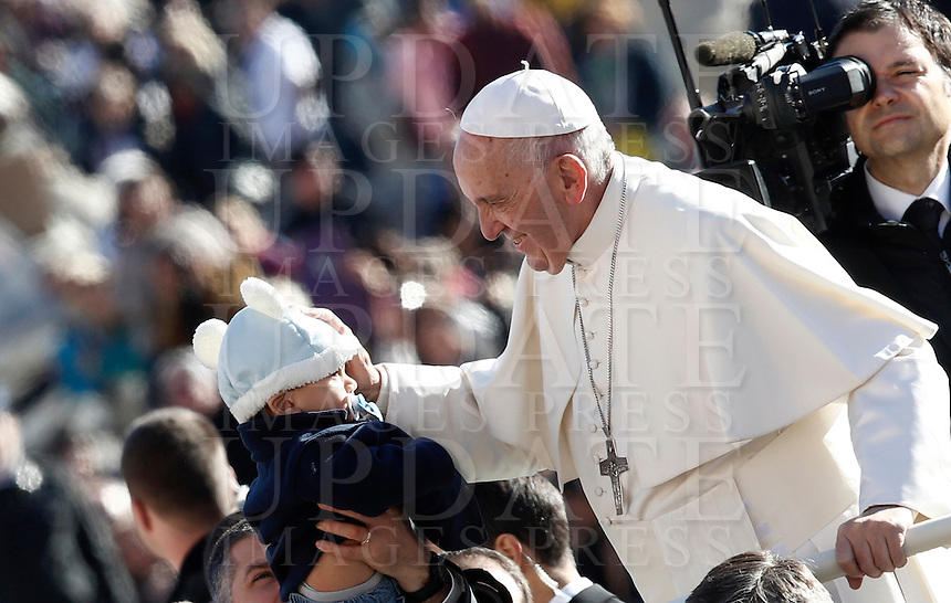 Papa Francesco carezza un bambino al suo arrivo all'udienza generale del mercoledi' in Piazza San Pietro, Citta' del Vaticano, 9 novembre 2016.<br /> Pope Francis caresses a baby as he arrives for his weekly general audience in St. Peter's Square at the Vatican, 9 November 2016.<br /> UPDATE IMAGES PRESS/Isabella Bonotto<br /> <br /> STRICTLY ONLY FOR EDITORIAL USE