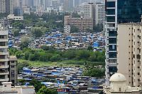 INDIA, Mumbai, skyscraper  and slum huts in suburb Goregoan