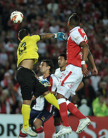 BOGOTA - COLOMBIA - 02-04-2013: Francisco Meza (Der.) de Independiente Santa Fe de Colombia, disputa el balón con Diego Barreto (Izq.) de Cerro Porteño del Paraguay, durante partido en el estadio Nemesio Camacho El Campín de la ciudad de Bogotá, partido por el grupo 6 de la Copa Bridgestone Libertadores 2013, abril 2 de 2013.  (Foto: VizzorImage / Luis Ramírez / Staff).  Francisco Meza (R)  of Independiente Santa Fe from Colombia fight for the ball with Diego Barreto (L) of Cerro Porteño from Paraguay  during a match for the group 6 of the Copa Bridgestone Libertadores 2013,  at Nemesio Camacho El Campin Stadium in Bogota city, on April 2, 2013, (Photo: VizzorImage / Luis Ramirez / Staff)