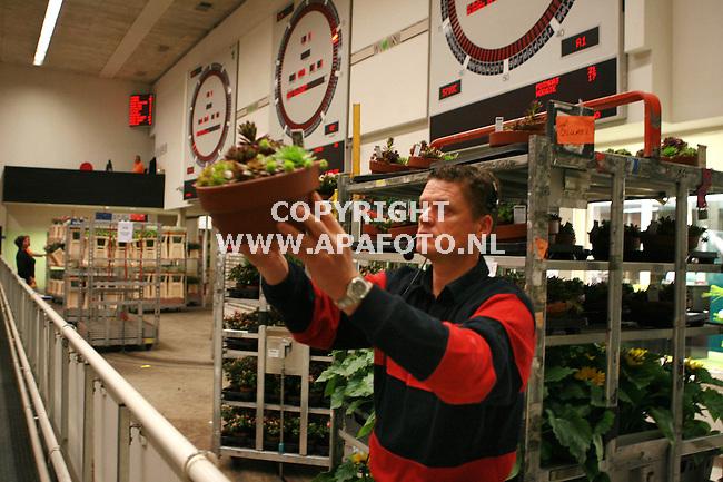 huissen/bemmel 310506 medewerker van de VON toont te veilen produkt.<br />Foto frans Ypma APA-foto