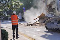 - terremoto in Emilia, abbattimento di un palazzo pericolante a  Cavezzo<br /> <br /> - Emilia earthquake, demolition of a collapsing building in Cavezzo