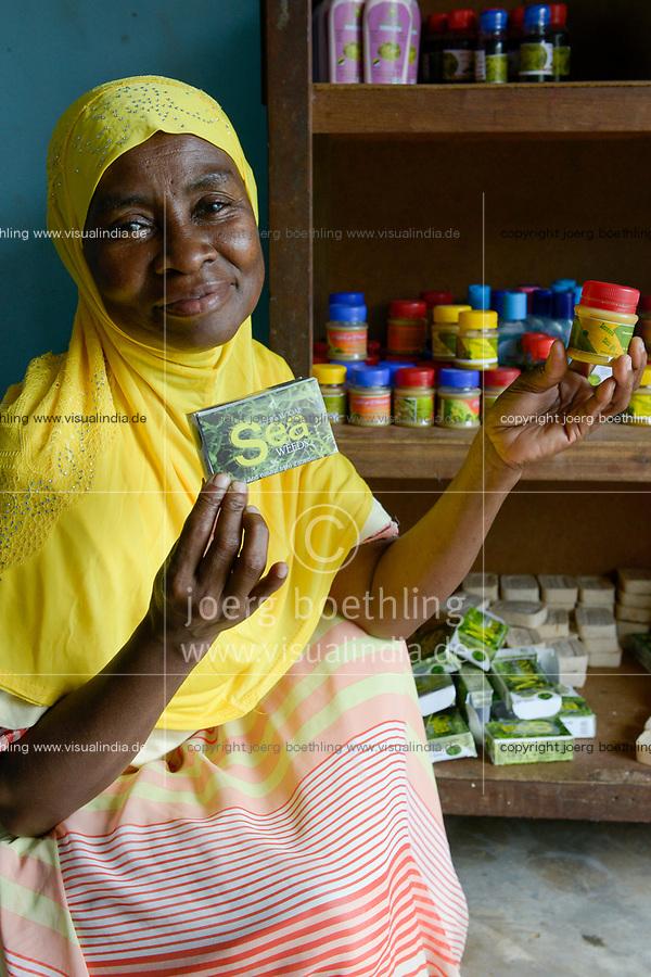 TANZANIA, Zanzibar, women cooperative process products from seaweed as income generating project  / TANSANIA, Sansibar, Frauenkooperative stellt aus roten Seealgen Produkte zur Einkommensförderung her