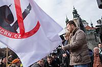 """Am Samstag den 31. Januar 2015 versammelten sich auf dem Staromestske Namesti-Platz (Alststaetter Markt / Old Town Square) in Prag ca. 500 Anhaenger der Pegida-Bewegung. Wie in Deutschland sind die Pegida (Patriotische Europaere gegen die Islamisierung des Abendlandes) Neonazis, Hooligans, Islamsfeinde und sog. """"Besorgte Buerger"""".<br /> Gegen die Pegida-Kundgebung protestierten Vertreter verschiedener Religionen, Antifaschisten, Sinti und Roma mit einem Gottesdienst, Gesaengen und Plakaten und Schildern, auf denen sich zum Teil ueber die Islamophobie der Pegida-Anhaenger lustig gemacht wurde. Beide Veranstaltungen fanden gleichzeitig nebeneinander auf dem Platz statt. Aus der Pegida-Kundgebung kamen immer wieder heftige Beschimpfungen und Neonazis versuchten Gegendemonstranten ein Transparent zu entreissen.<br /> Im Bild: Tomio Okamura, einer der Organisatoren der Pegida in Tschechien.<br /> Okamura ist Gruender der Partei Usvit prime demokracie (dt. Morgendaemmerung der direkten Demokratie). Er ist seit 2012 fuer die Fraktion der Krestanska a demokraticka unie – Ceskoslovenska strana lidova  KDU-CSL, (dt. Christliche und Demokratische Union – Tschechoslowakische Volkspartei) Mitglied im tschechischen Senat (Abgeordnetenhaus).<br /> Nachdem er im August 2014 oeffentlich den Holocaust leugnete wurde er aufgefordert seine Aemter im tschechischen Senat niederzulegen.<br /> 31.1.2015, Prag<br /> Copyright: Christian-Ditsch.de<br /> [Inhaltsveraendernde Manipulation des Fotos nur nach ausdruecklicher Genehmigung des Fotografen. Vereinbarungen ueber Abtretung von Persoenlichkeitsrechten/Model Release der abgebildeten Person/Personen liegen nicht vor. NO MODEL RELEASE! Nur fuer Redaktionelle Zwecke. Don't publish without copyright Christian-Ditsch.de, Veroeffentlichung nur mit Fotografennennung, sowie gegen Honorar, MwSt. und Beleg. Konto: I N G - D i B a, IBAN DE58500105175400192269, BIC INGDDEFFXXX, Kontakt: post@christian-ditsch.de<br /> Bei der Bearbeitung der Dateiinf"""