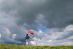 Europa, DEU, Deutschland, Nordrhein Westfalen, NRW, Rheinland, Niederrhein, Rheinberg, Frau mit Roten Regenschirm auf dem Rheindeich, Himmel, Wolken, Wolkenstimmung, Regenwolke, Kategorien und Themen, Symbol, Symbolik, Symbolfoto, Symbolbild, Wetter, Himmel, Wolken, Wolkenkunde, Wetterbeobachtung, Wetterelemente, Wetterlage, Wetterkunde, Witterung, Witterungsbedingungen, Wettererscheinungen, Meteorologie, Bauernregeln, Wettervorhersage, Wolkenfotografie, Wetterphaenomene, Wolkenklassifikation, Wolkenbilder, Wolkenfoto<br /> <br /> [Fuer die Nutzung gelten die jeweils gueltigen Allgemeinen Liefer-und Geschaeftsbedingungen. Nutzung nur gegen Verwendungsmeldung und Nachweis. Download der AGB unter http://www.image-box.com oder werden auf Anfrage zugesendet. Freigabe ist vorher erforderlich. Jede Nutzung des Fotos ist honorarpflichtig gemaess derzeit gueltiger MFM Liste - Kontakt, Uwe Schmid-Fotografie, Duisburg, Tel. (+49).2065.677997, <br /> archiv@image-box.com, www.image-box.com]
