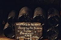 Europe/France/Bourgogne/21/Côte d'Or/Nuits Saint Georges: Les caves de la maison Charles Vienot - Détail de vieilles bouteilles AOC Savigny Les Beaunes