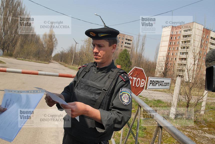 - 20 years from the nuclear incident of Chernobyl, checkpoint at the entry of  Prypiat abandoned town, where lived about 50.000 people, technicians and staff of the nuclear power station with their families, that was evacuated too late some days after the catastrophe....- 20 anni dall'incidente nucleare di Chernobyl, posto di controllo all'ingresso della città abbandonata di Prypiat, dove abitavano 50.000 persone, tecnici e personale della centrale nucleare con le loro famiglie, che furono tardivamente evacuati alcuni giorni dopo la catastrofe