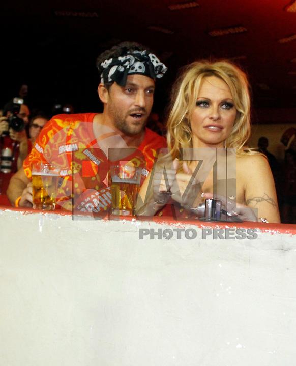 RIO DE JANEIRO, RJ, 06 MARÇO DE 2011 - CARNAVAL RJ - PAMELA ANDERSON - A atriz norte-americana Pamela Anderson é vista no camarote Brahma com seu namorado acompanhando o desfile da escola Imperatriz, no primeiro dia de Desfile das Escolas de Samba do Grupo Especial do Rio de Janeiro, na Marquês de Sapucaí (Sambódromo), no centro da cidade, na noite deste domingo (6). (FOTO: WILLIAM VOLCOV / NEWS FREE).
