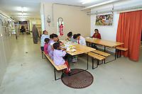 In Canton Ticino, a Biasca, un  bunker, attualmente affidato alla protezione civile elvetica, è stato destinato come centro di accoglienza per donne, minori e famiglie di richiedenti asilo politico e profughi. Il pranzo.