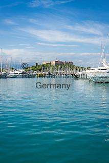 France, Provence-Alpes-Côte d'Azur, Antibes: Yachts at Port Vauban, at background Fort Carré   Frankreich, Provence-Alpes-Côte d'Azur, Antibes: Luxus-Yachten im Port Vauban, im Hintergrund Fort Carré