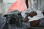 Un blessé dans les jardins de l'hôpital St Pierre à Jacmel (Haiti) le 19/01/2010. Partiellement détruit par le séisme du 12/01/2010, il héberge plus de 60 patients, certains atteints de gangrène faute de soins adéquats.