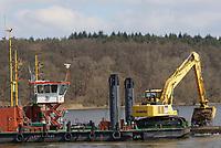 Aegir bei Elbvertiefungsarbeiten: EUROPA, DEUTSCHLAND, HAMBURG, (EUROPE, GERMANY), 03.04.2013: Das Mehrzweckgerät (MZG) Aegir des WSA Lauenburg, hier mit mobilem Tiefloeffelbagger, verankert sich an drei Pfaehlen, die auf die Sohle abgesetzt werden. Dadurch hat es eine kontrollierbare Position. Die Elbe ist ein Sandfluss und muss immer wieder ausgebaggert werden. Hier beim Einfluss des ElbeSeitenkanal bei Artlenburg.