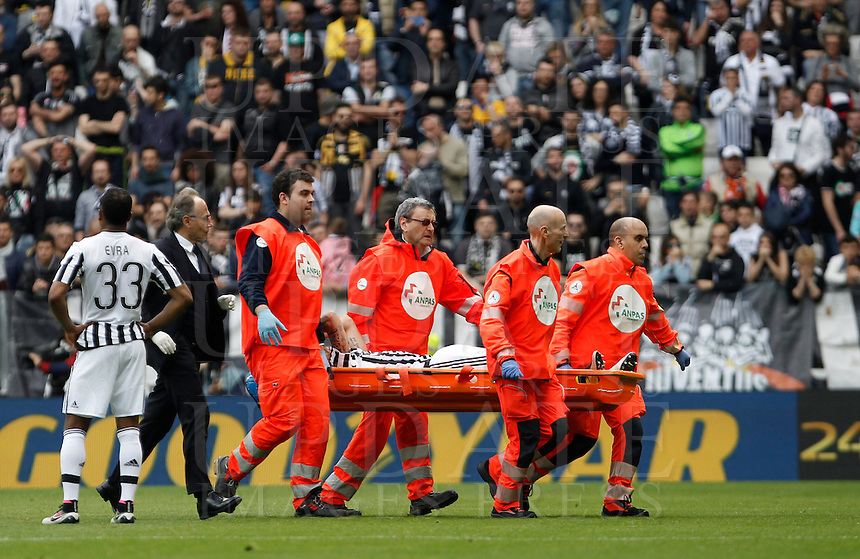 Calcio, Serie A: Juventus vs Palermo. Torino, Juventus Stadium, 17 aprile 2016.<br /> Juventus' Claudio Marchisio is carried out of the pitch after getting injured during the Italian Serie A football match between Juventus and Palermo at Turin's Juventus Stadium, 17 April 2016.<br /> UPDATE IMAGES PRESS/Isabella Bonotto