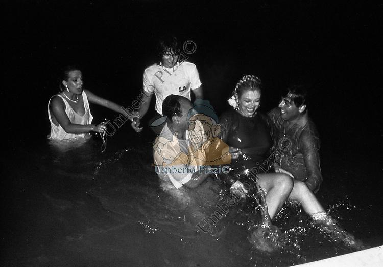 SANDRA MILO CON ROCCO BAROCCO<br /> BAGNO IN PISCINA FESTA RAMIREZ 1984