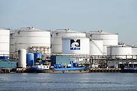 Nederland Amsterdam 2018.  MAIN bv langs het Noordzeekanaal. Maritieme Afvalstoffen Inzameling Nederland is gevestigd aan de Petroleumhavenweg in Amsterdam. Het bedrijf heeft meer dan 20 jaar ervaring met het inzamelen en verwerken van scheepsafvalstoffen. Tevens beschikt MAIN over specialistische kennis op het gebied van (scheeps)reiniging. In de havens van Den Helder verzorgt MAIN de levering van drinkwater en walspanning. Sinds 2001 neemt het bedrijf in opdracht van het Ministerie van V&W deel aan het zogenaamde vuilvis project. Foto Berlinda van Dam / Hollandse Hoogte