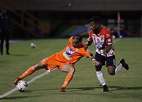 ENVIGADO - COLOMBIA, 26-09-2020: Yadir Maneses de Envigado F. C. y Luis Gonzalez de Atletico Junior disputan el balón, durante partido entre Envigado F. C. y Atletico Junior  de la fecha 10 por la Liga BetPlay DIMAYOR I 2020, en el estadio Polideportivo Sur de la ciudad de Envigado. / Yadir Maneses of Envigado F. C. and Luis Gonzalez of Atletico Junior fight for the ball, during a match between Envigado F. C. and Atletico Junior of 10th date for the BetPlay DIMAYOR Leguaje I 2020 at the Polideportivo Sur stadium in Envigado city. Photo: VizzorImage / Juan Augusto Cardona / Cont.